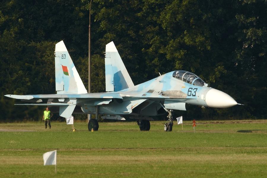 Cortitas y al pie... - Página 18 Su-27_belarus_taxi_radom_2009